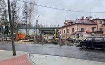 Centrum Lipnika widok na przebudowywany przepust. W tle wiadukt wschodniej obwodnicy miasta i kościół w Lipniku