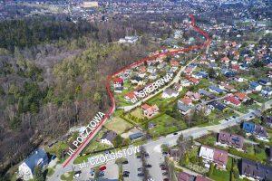 Widok z drona na rejon ulic Pocztowa, Srebrna, Czołgistów. Ulica Pocztowa z naniesiona linią w kolorze czerwonym. Widok od strony skrzyżowania ulic Pocztowej z Czołgistów