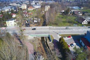 Zdjęcie z drona prostopadle do ul. Cieszyńskiej z widokiem na nowo wybudowany most na potoku Wapienica.