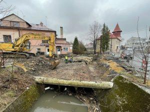 Budowa przepustu. Ekipa budowlana rozbiera starą konstrukcję