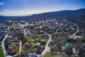 Widok z drona na rejon skrzyżowania ulic Pocztowej ze Srebrną. Ujęcie w kierunku widocznych w tle Błoni i Akademii Techniczno-Humanistycznej