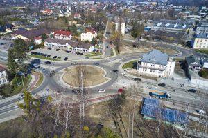 Widok z drona w centrum Wapienicy z widokiem na gotowe rondo ze zjazdem w ul. Jaworzańską, Międzyrzecką i Twórczą. Zdjęcie przedstawia nowy układ drogowy w tym miejscu. Widać także zadaszenia nowo oddanego przejścia podziemnego pod ulicą Cieszyńską.