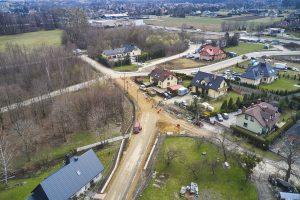 Widok z drona na rejon zbiegu ulic Dziewanny, Dzwonkowej i Średniej. W wykopach kładzione są rury. Trwa budowa elementów infrastruktury podziemnej.