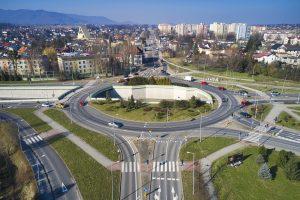 Widok z drona znad ronda Hulanka. W dali rozbudowywana ul. Cieszyńska rozdzielona pachołkami. Lewa część jezdni w rozbudowie, prawą odbywa się dwukierunkowy ruch.