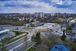 Widok z drona na rondo Czesława Niemena w kierunku ul. Stawowej i stacji Shell. Gotowa droga dojazdowa do stacji i sklepu Biedronka