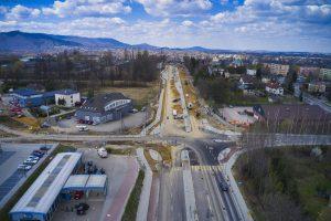 Widok z drona na skrzyżowanie ul. Cieszyńskiej z ul. Stanisława Skrzydlewskiego. W obrębie prawego pasa jezdni trwa utwardzanie podbudowy