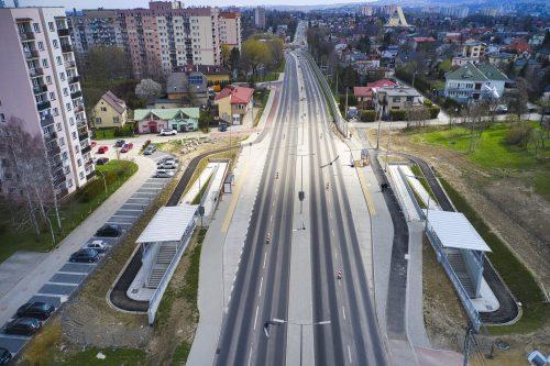 Ujęcie z drona na ul. Cieszyńską w rejonie skrzyżowania z ul. Spółdzielców. W pierwszym planie przejście podziemne pod ulicą wraz z obustronnymi pochylniami dla niepełnosprawnych. Dalej perspektywa na rondo Czesława Niemena