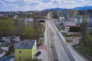 Widok z drona na ul. Cieszyńską od centrum Wapienicy w kierunku Aleksandrowic. W najbliższym planie most na potoku Wapienica