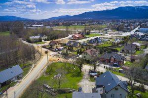 Widok z drona na rejon zbiegu ulic Dziewanny, Dzwonkowej i Średniej. Trwa utwardzanie nawierzchni po budowie elementów infrastruktury podziemnej