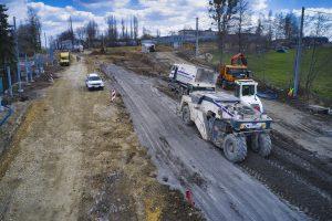 Widok z drona na maszyny drogowe zagęszczające podbudowę ul. Cieszyńskiej na wysokości skrzyżowania z ul.Krzywą. W tle dawne zakłady szybowcowe