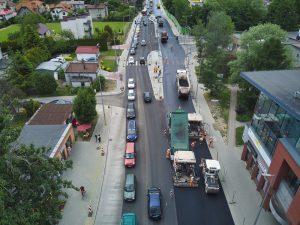 Widok z drona na brygadę asfaltującą północną jezdnię ul. Cieszyńskiej pomiędzy rondami Hulanka i Czesława Niemena. Południowa jezdnia obsługuje ruch samochodowy w obu kierunkach