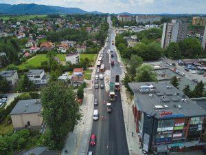 Zdjęcie z drona na asfaltowany odcinek Cieszyńskiej pomiędzy rondami Hulanka i Czesława Niemena. Ujęcie z wyższego pułapu z widokiem na rozbudowywany ciąg aż do wysokości lotniska aeroklubowego