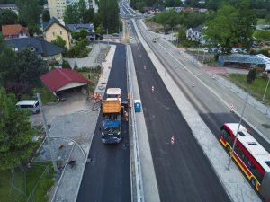Widok z drona na ul. Cieszyńską w rejonie skrzyżowania z ul. Krzywą. Na południowej jezdni drogi serwisowej trwa asfaltowanie. Wyznaczonymi jezdniami głównego ciągu ul. Cieszyńskiej odbywa się przywrócony 11 czerwca ruch samochodowy
