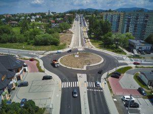 Widok z drona na rondo u zbiegu ulic Cieszyńskiej i Wapienickiej. Widoczne oznakowanie poziome przejść dla pieszych w sąsiedztwie ronda