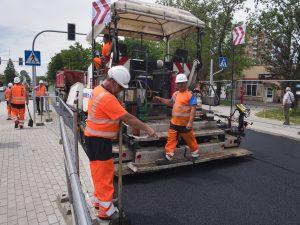 Prace asfaltowe na ul. Cieszyńskiej na odcinku pomiędzy rondami Hulanka i Czesława Niemena. Drogowcy Eurovii obsługują rozściełacz asfaltu