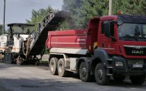 Frezarka drogowa przesypuje destrukt asfaltowy na podstawioną wywrotkę