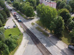 Ujęcie z drona na część ul. Czesława Tańskiego, wzdłuż której odbywa się frezowanie zniszczonej warstwy asfaltu