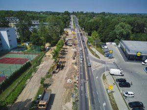 Ujęcie z drona na budowę mostu na potoku Starobielskim w ciągu ul. Warszawskiej. Budowa nowego obiektu po stronie zachodniej jezdni ulicy. Wschodnią jezdnią odbywa się ruch dwukierunkowy