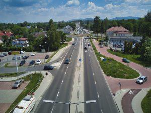 Ujęcie z drona w kierunku centrum Wapienicy. W pierwszym planie rondo z wlotem na ul. Jaworzańską, dalej widok w osi ul. Cieszyńskiej po horyzont. Cieszyńska ze świeżo naniesionym oznakowaniem poziomym