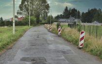 ul. Łowiecka, tuż przed rozpoczęciem inwestycji. Wzdłuż prawej krawędzi ulicy rozstawione słupki drogowe