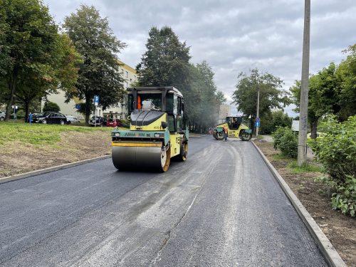 Asfaltowanie ul. Skrzydlewskiego. Na pierwszym planie walec drogowy, za nim drugi